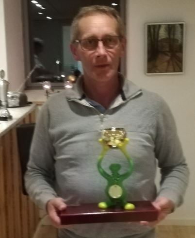 Peter med den nye flotte pokal for Hole In One